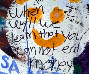 """When will we learn that you can not eat money"", en el muro de John Lennon de Praga."
